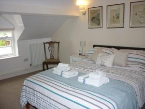 A bed or beds in a room at Anvil Cottage 36 High Street