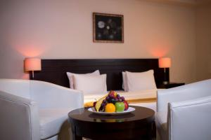 سرير أو أسرّة في غرفة في مونرو هوتل & سويتس