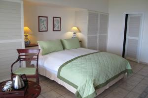 A bed or beds in a room at Auberge de la Vieille Tour