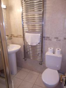 A bathroom at The Dyke Neuk inn