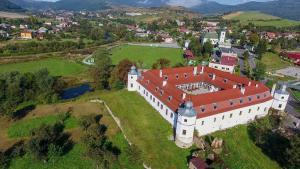 Pohľad z vtáčej perspektívy na ubytovanie Kaštieľ Biela Dáma a Čierny Rytier