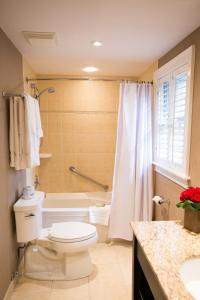 A bathroom at Pillar and Post Inn & Spa