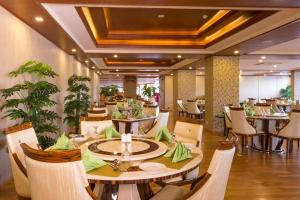 Restaurant ou autre lieu de restauration dans l'établissement The Grand Kandyan