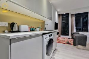 A kitchen or kitchenette at Expressionz Suites By iHost Global
