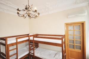 Двухъярусная кровать или двухъярусные кровати в номере Хостел Маяк