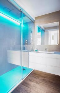 A bathroom at Luxury Beach Penthouse