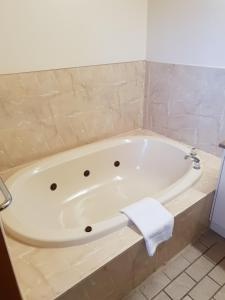 A bathroom at Barooga Golf View Motel