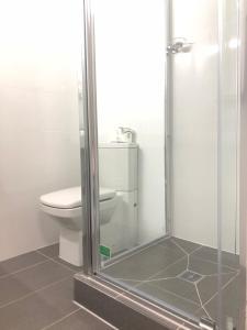 A bathroom at Parkdale Motor Inn