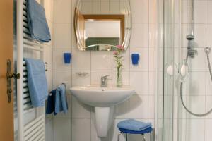 A bathroom at Weingut Herbert Kram