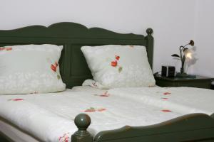 A bed or beds in a room at Weingut Herbert Kram