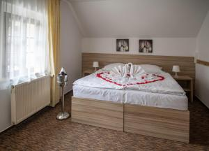 A bed or beds in a room at Pension Coloseum