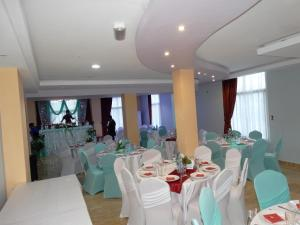 A restaurant or other place to eat at Safyad Hotel