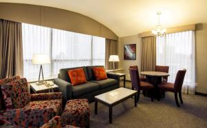 A seating area at Holiday Inn Express Vancouver-Metrotown (Burnaby)