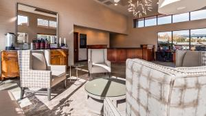 The lobby or reception area at Best Western New Oregon Motel