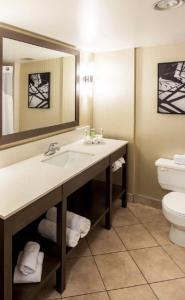 A bathroom at Holiday Inn Express Vancouver-Metrotown (Burnaby)