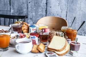 Options de petit-déjeuner proposées aux clients de l'établissement B&B Hôtel