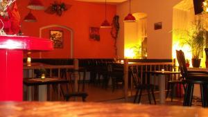 Ein Restaurant oder anderes Speiselokal in der Unterkunft Rathaus Hotel Jöhstadt