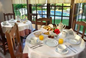 A restaurant or other place to eat at La Posada de Akasha