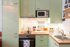 Kuchyň nebo kuchyňský kout v ubytování Prague Getaway Homes Slavojova