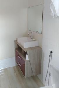 A bathroom at Quarto no Colinas Park