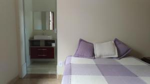 A bed or beds in a room at Quarto no Colinas Park