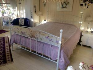 A bed or beds in a room at B&B Het Tuinhuisje