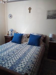 A bed or beds in a room at Chez Régine et Grégoire