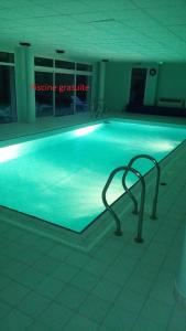 The swimming pool at or near Le Repaire du Golfeur de la Largue