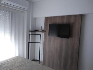 Una televisión o centro de entretenimiento en Altos de Barrio Martin