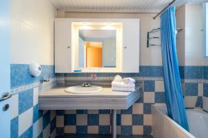A bathroom at Kalimera Mare