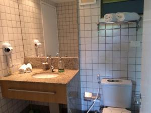 Um banheiro em Beach class muro alto Beira mar
