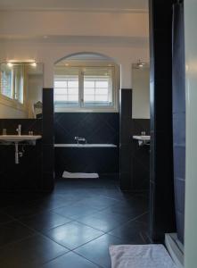 A bathroom at Huis van Bewaring