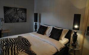 A bed or beds in a room at Huis van Bewaring