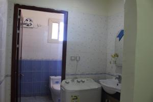 Um banheiro em ديار الصديق للوحدات السكنية المفروشة