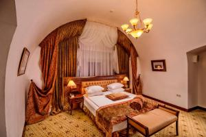 A bed or beds in a room at Citadel Inn Hotel & Resort