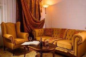 A seating area at Citadel Inn Hotel & Resort