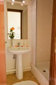 A bathroom at Titina B&B