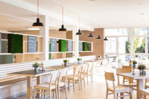 A restaurant or other place to eat at JUFA Hotel Graz