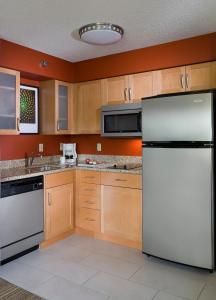 A kitchen or kitchenette at Residence Inn Phoenix Glendale/ Peoria