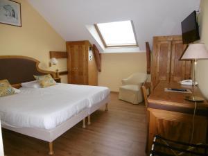 A bed or beds in a room at Hôtel La Flore