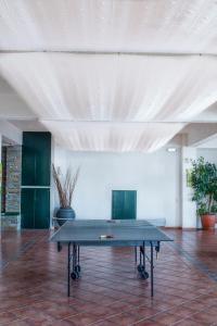 Instalaciones para jugar al ping pong en Cavos Bay Hotel & Studios o alrededores
