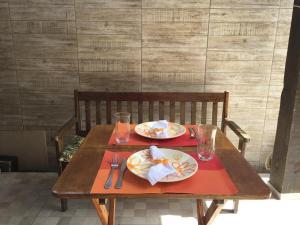 Um restaurante ou outro lugar para comer em Casa João de Barro