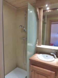 A bathroom at Les Brimbelles