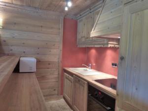 A kitchen or kitchenette at Les Brimbelles
