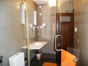 A bathroom at 7HCR 1-1 at 7, Hunupitiya Cross Road Colombo 2