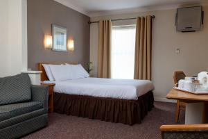 A bed or beds in a room at Best Western Garden Court Aylesbury