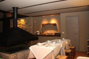 Um restaurante ou outro lugar para comer em Casa de Campo Moinhos da Gozundeira