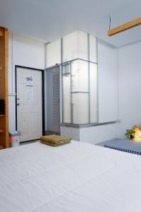 A bed or beds in a room at Hugger Guest House