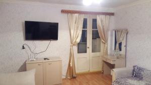 Uma TV ou centro de entretenimento em Tsentr Geidar Aliev Apartment