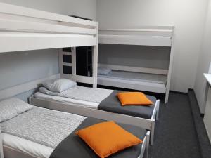 Łóżko lub łóżka piętrowe w pokoju w obiekcie Hostel Sopot Centrum